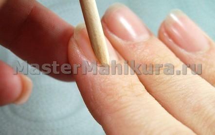 Приклеиваем типсу деревянной палочкой