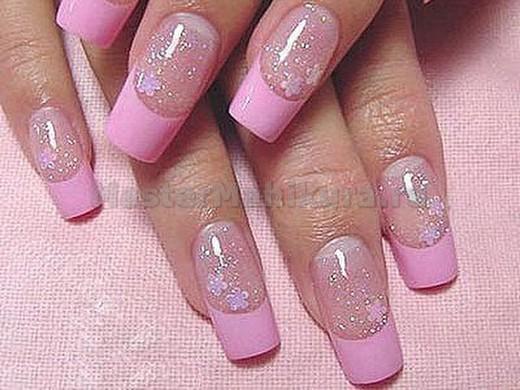 Маникюр с цветами и розовыми кончиками ногтей