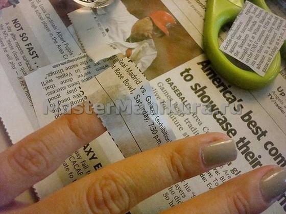 Клеим газету на ногти