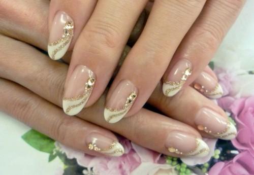 Узор для ногтей с блестящими линиями и стразами