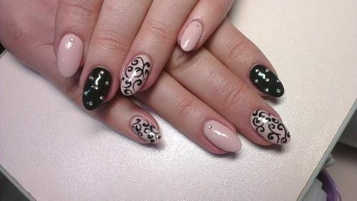 Красивый узор для ногтей со стразами на бежевом и черном фоне