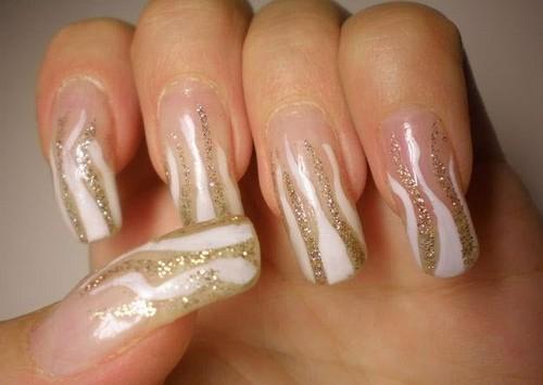 Узор для ногтей с золотистыми кривыми линиями