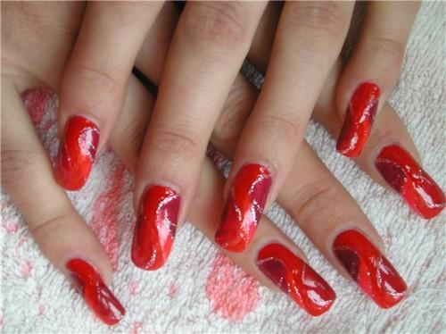 Красный линейный узор для ногтей