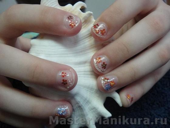 Нежные цветочки на детских ногтях