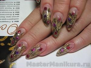 Флористический маникюр с блесткамина ногтях