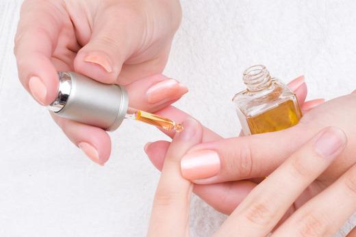 Наносим кадастровое масло на ногтевую пластину