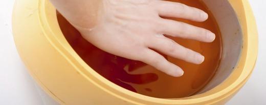 Руки в специальной ванночке