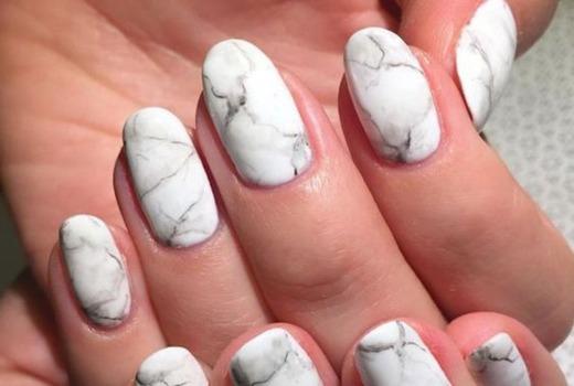 Белый мрамор на ногтях