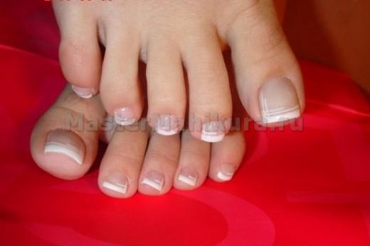 Рисуем белую полоску на кончике ногтя