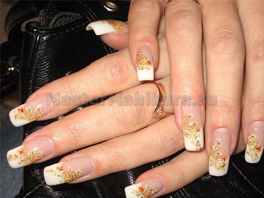 Золотистые цветы на ногтях