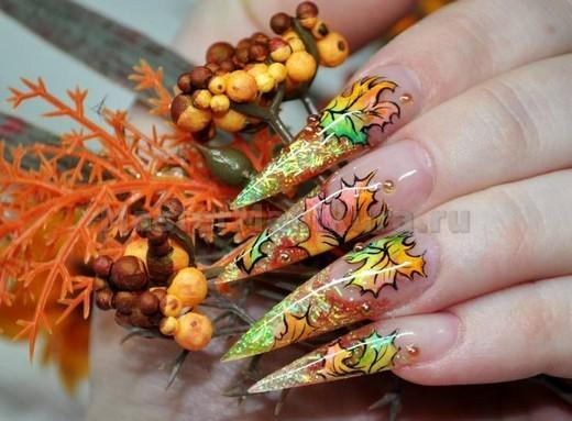 Разноцветный осенние листья на ногтях