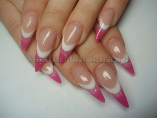 Розовый дизайн на  острых ногтях