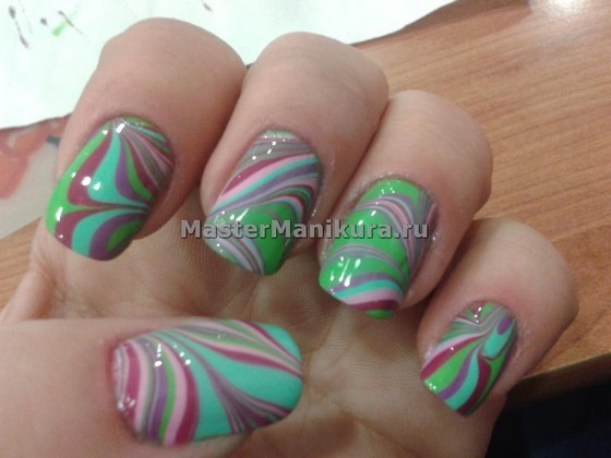 Цветные разводы на ногтях