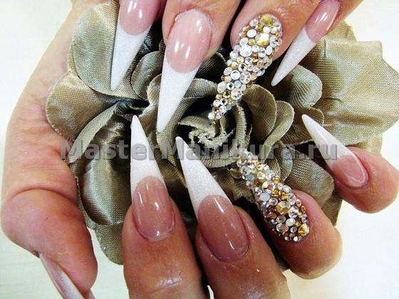 Стразы на острых ногтях