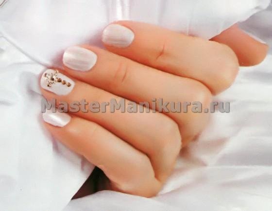 Свадебный маникюр со стразами на безымянном пальце