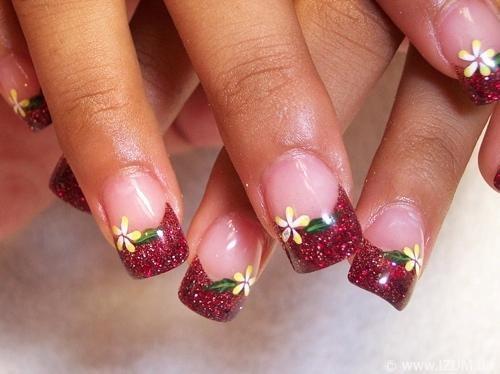 Модный цветочный узор с бордовым кончиком ногтя