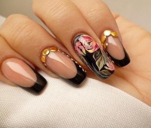 Строгий узор для ногтей с цветами в черном стиле