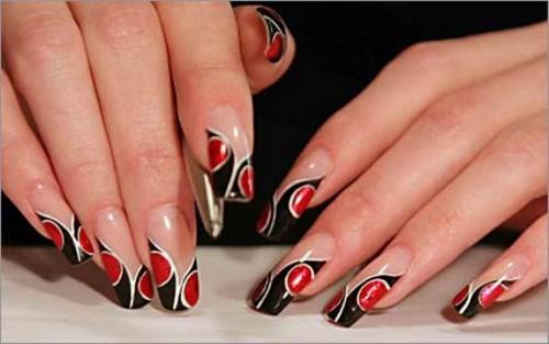 Красивый линейный узор для ногтей красным черным и золотым цветом