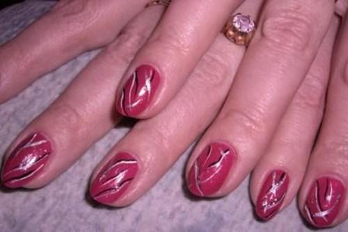 Линейный узор для ногтей розового цвета