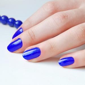 Синий гель-лак в дизайне ногтей