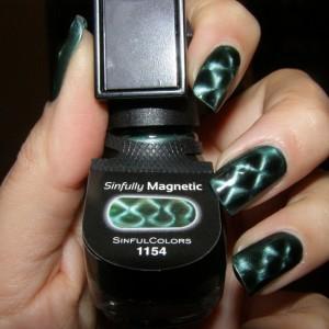 Зеленый лак с магнитом и узором