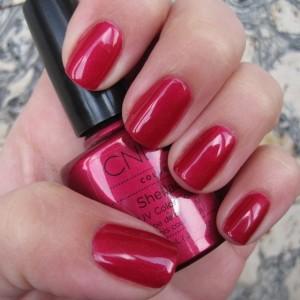 Красный Шеллак на ногтях модели