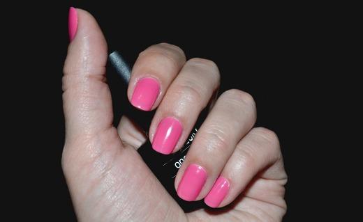 Розовый шеллак в руке