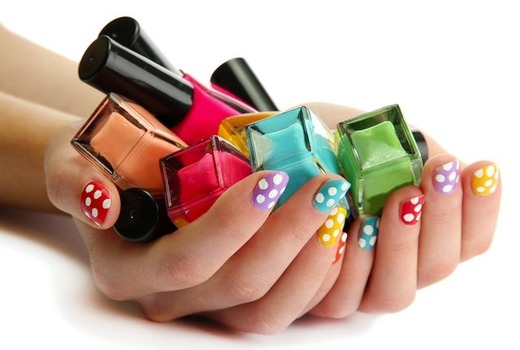 Разноцветные лаки в руках