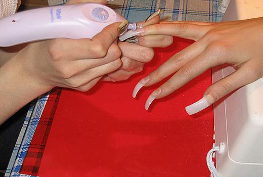 Фиксация накладных ногтей