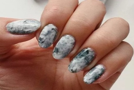 Серый металлический мрамор на ногтях
